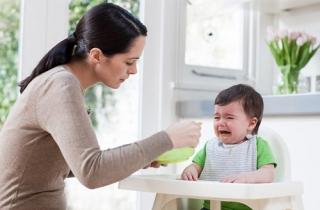 Những sai lầm tai hại khi bố mẹ cho trẻ ăn